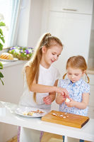 Mädchen schälen Eier zu Ostern