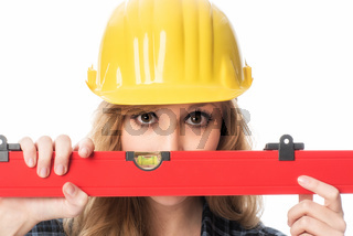 weiblicher handwerker mit wasserwaage