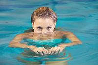 Frau taucht im Schwimmbad