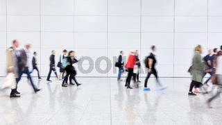 Viele Leute gehen im Einkaufszentrum shoppen