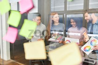 Grafikdesigner in einem Brainstorming Workshop