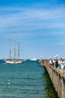 Seebrücke von Binz mit angelegendem Segelschiff und Ausflugsschiff, Sommer 2020, Rügen, Deutschland