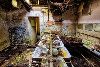 maroder Waschraum viele Waschbecken