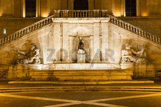 Brunnen mit Antiken Figuren der Minerva