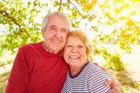 Glückliches Paar Senioren bei Umarmung in Natur
