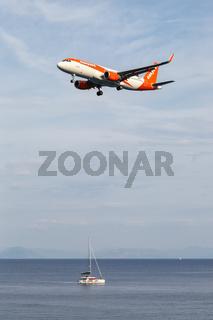 EasyJet Airbus A320 Flugzeug Flughafen Korfu in Griechenland