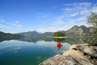 mann steht am spiegelnden Walchensee
