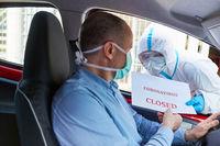 Autofahrer wird über Schließung wegen Coronavirus informiert