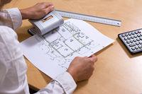 Architektin locht Bauplan