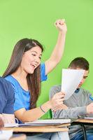 Asiatisches Mädchen jubelt in Schule