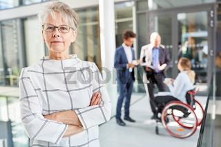 Selbstbewusste ältere Business Frau als Chefin