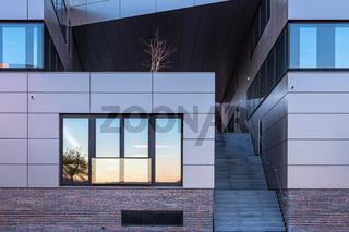 Modernes Gebäude in der Hansestadt Rostock am Morgen