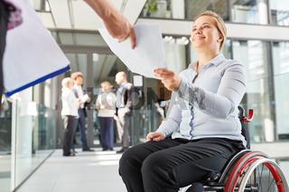 Geschäftsfrau im Rollstuhl bekommt Unterlagen