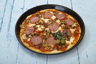 Frisch gebackenen Pizza mit Salami