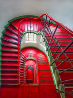 Historisches Treppenhaus mit roten Stufen in Berliner Altbau