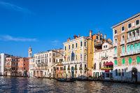 Blick auf den Canal Grande mit Gondel in Venedig, Italien