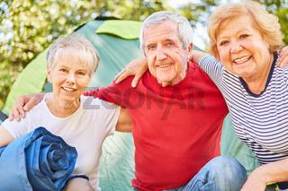 Senioren als Freunde im Camping Urlaub