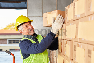 Lagerarbeiter bereitet Paket im Lager für Versand vor