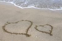 Herzen in den Sand gemalt