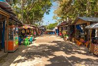 Strassenstände und Souvenirshops am Kilometer Null auf der Indonesischen Insel Weh