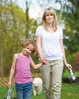Mutter und Tochter bei Gartenarbeit