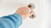Hand beim Öffnen oder Schließen von Zimmertür