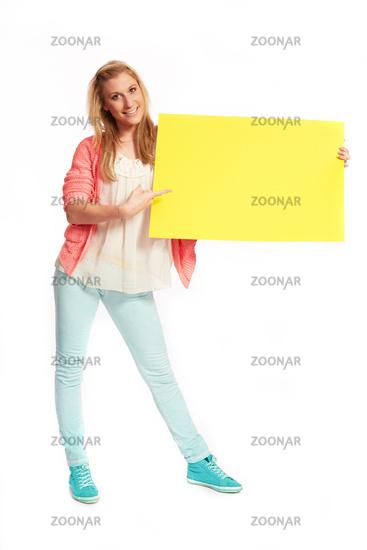 Junge flippige Frau mit gelben Schild