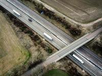 Brücke über eine Autobahn