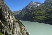 Mauvoisin Stausee in einem engen Bergtal