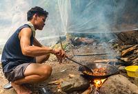 Kochen am Lagerfeuer im Gunung Leuser National Park auf Sumatra
