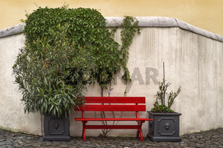 Die rote Bank an der alten Mauer
