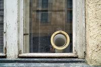 Lüftungsschlauch einer Klimaanlage am Fenster eines maroden Hauses