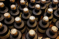 Kleine Flaschen, verschlossen mit Korken und Draht