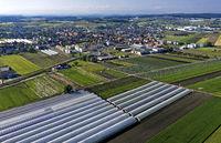 Der Ort Kerzers im Gemüseanbaugebiet Seeland - Grosses Moos mit Gewächshäusern und Flächen für den Freilandanbau von Gemüse