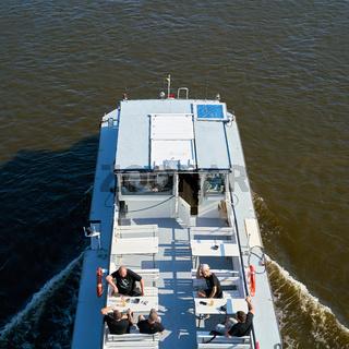Ausflugsschiff mit Passagieren auf der Elbe