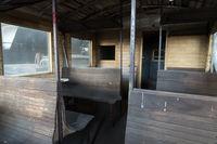 Waggon mit Holzbänken