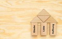 Drei Säulen mit Glaube, Liebe, Hoffnung