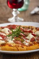 Rosmarinblatt auf einer Pizza