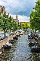 Viele Boote auf einer Gracht in Haarlem eine Holländischen Stadt