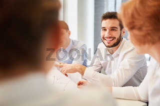 Mann redet mit Business Team im Büro