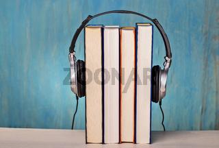 Kopfhörer und Bücher symbolisieren Hörbücher
