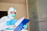 Containment Scout studiert Besucherliste wegen Coronavirus in Pflegeheim oder Klinik
