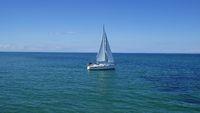 Weisses Segelboot auf blauem Meer