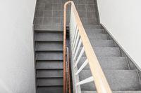 Treppe im Flur oder Treppenhaus mit Treppengeländer