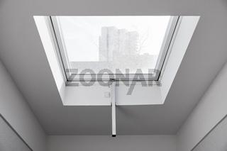 Elektrisches Dachfenster mit Tageslicht im Flur