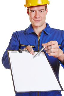 Handwerker hält Klemmbrett und Stift