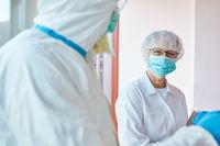 Ärzte Team in Schutzkleidung bei Coronavirus Epidemie