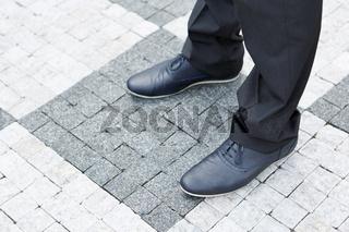 Schuhe vom Geschäftsmann stehen auf dem Boden