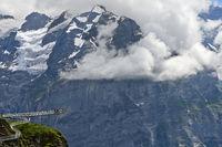 Bergsteg und Aussichtsplattform First Cliff Walk presented by Tissot vor den Felswänden der Berner Alpen