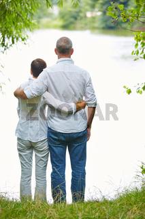Paar Senioren steht an einem See